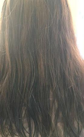 傷んだ髪がツヤのあるストレートに(Before)